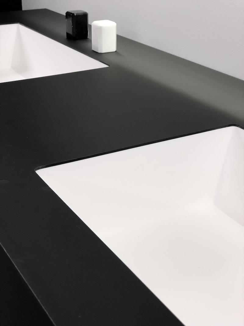 Badkamerinspiratie - zwarte wastefelbladen met witte wastafel. Puurzwartwit producten van Burgmans Sanitair #badkamer #badkamerinspiratie #wastafel #zwartwit #zwart #wastafelblad