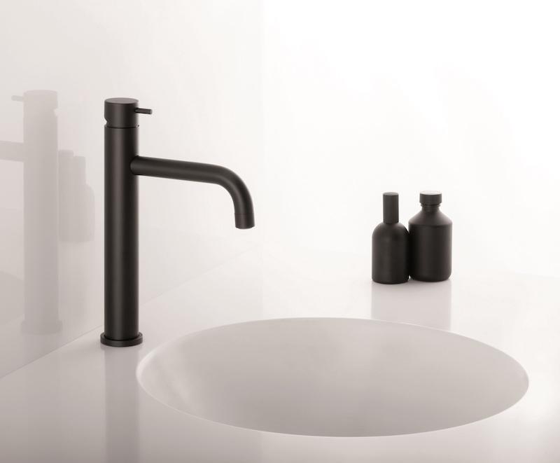 Zwarte wastafelkraan badkamer. Kraan Cristina via Burgmans Sanitair #badkamer #badkamerinspiratie #kraan #wastafel #zwart