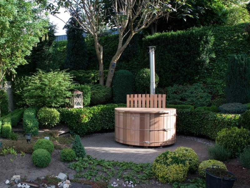 In scandinavische sferen met een houten hottub in de tuin for Foto op hout maken eigen huis en tuin