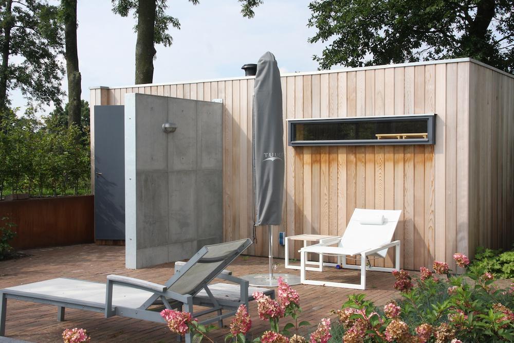 Buitendouche voor de tuin. Stoere wandpanelen met betonlook en alle ruimte voor de leidingen via ConcreetDesign