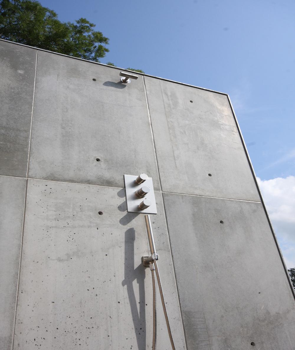 Buitendouche met achterwand van betonnen wandpanelen van ConcreetDesign #beton #tuin
