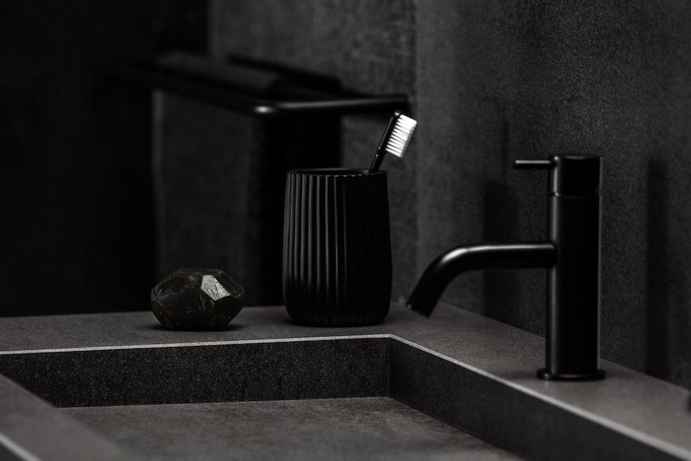 Wastafel op maat van Dekker Zevenhuizen. Spiovente keramiek #zwart #badkamer #wastafel #maatwerk #dekkerzevenhuizen