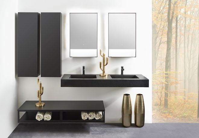 Minimalistisch design voor de badkamer: Detremmerie summer edition badmeubels met strakke zwarte lijnen, frames en open vakken #detremmerie #badkamerinspiratie #badkamer #zwart