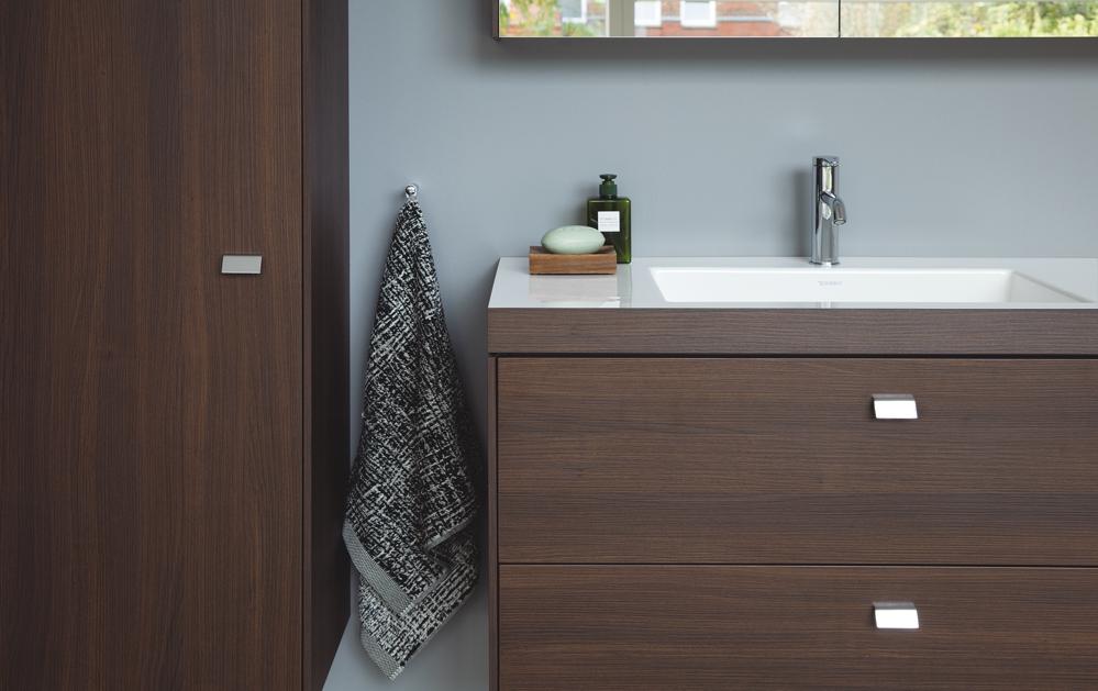 Duravit badkamermeubel met gestructureerde opbergruimte #duravit #badkamer #badkamerinspiratie #badkamermeubel