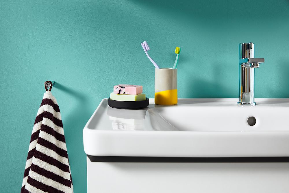 Duravit wastafel D-Neo met energiezuinige kraan met FreshStart functie #wastafel #badkamer #kraan #energiezuinig #Duravit #freshstart #D-neo