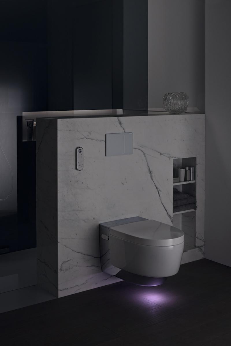Badkamer met toilet met douchewc met naderingssensor en automatische licht - Geberit Aquaclean Mera douchewc #toilet #badkamer #geberit