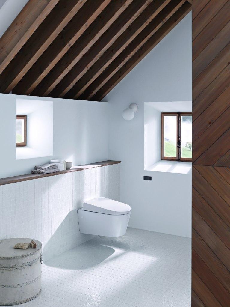 Toilet met spoelknop in zijmuur door geïntegreerde afstandsbediening in spoelknop