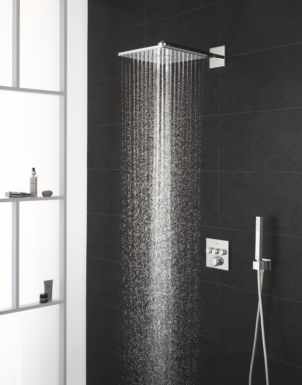Heerlijk douchen met het nieuwe douchesysteem van Grohe. Inbouw bedieningssysteem SmartControl met RapidoSmartbox #badkamer #inloopdouche #douchesysteem #grohe