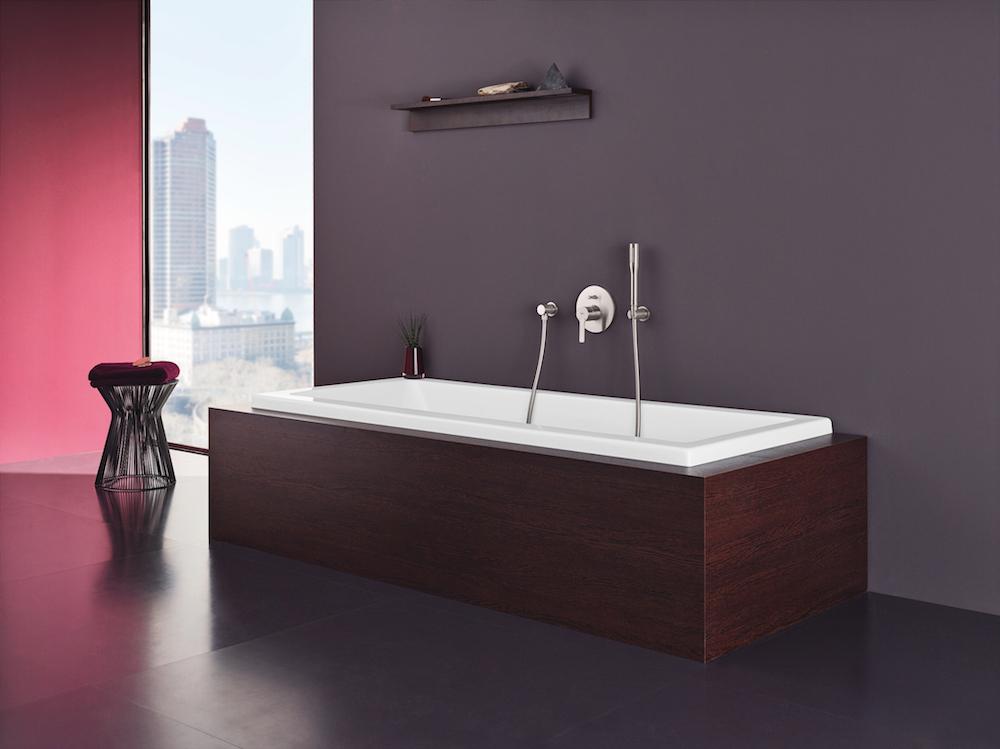 Moderne badkamer met designkraan voor het bad uit de Lineare serie van Grohe #badkamer #bad #badkraan #designkraan