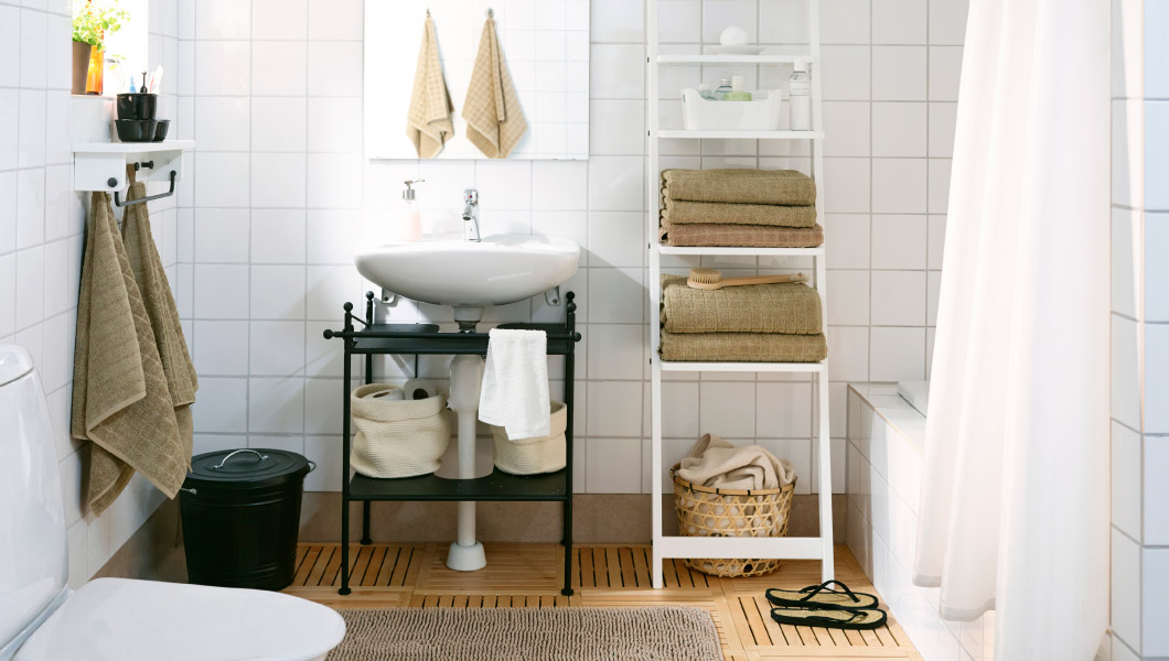 Ikea badkamer met wastafel en wandrek
