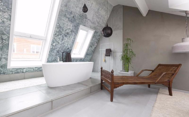 Metamorfose van de zolder tot badkamer in programma Verbouwen of Verhuizen met vrijstaand bad Maya by Dado van JEE-O #badkamer #design