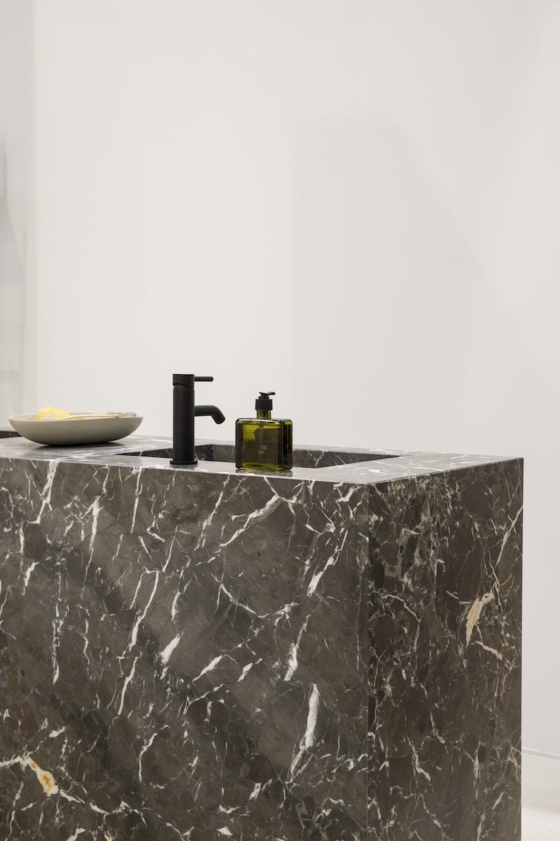 Design voor de badkamer. Jee-O by Dado blue basin wastafel met zwarte kraan uit de Jee-O Slimline series structured black. Fotografie Denise Keus bij Stijlvol Wonen huis op de vt wonen beurs