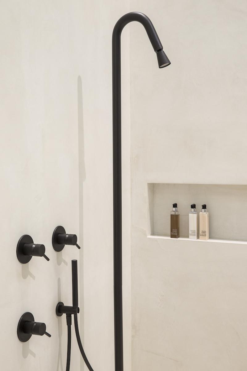 Design voor de badkamer. Douche en kranen uit de nieuwe Jee-O slimline series structured Black. Fotografie Denise Keus bij Stijlvol Wonen huis op de vt wonen beurs