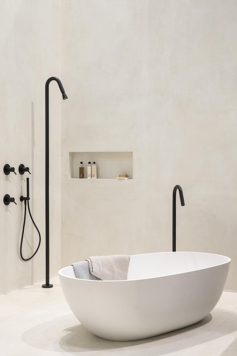 Design voor de badkamer. Bad met vrijstaande badkraan uit de slimline series structured black van Jee-O Fotografie Denise Keus bij Stijlvol Wonen huis op de vt wonen beurs