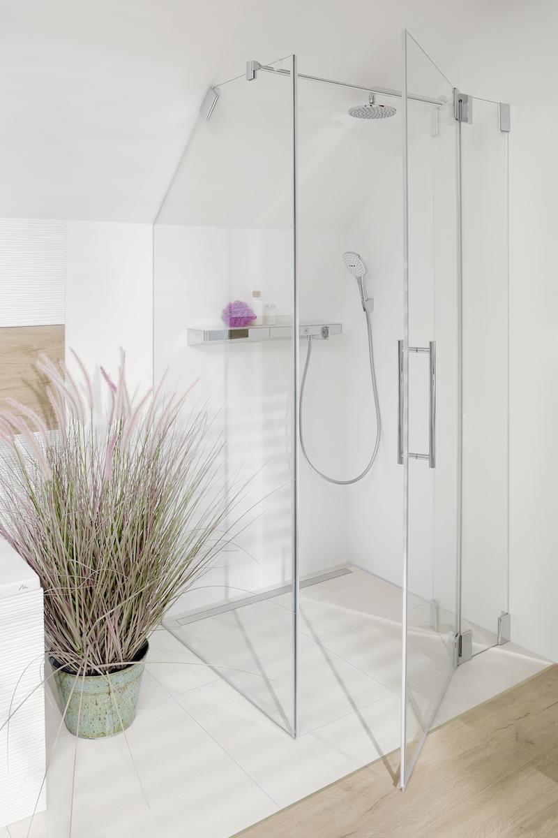 Kermi glazen douchewand en douchedeur onder schuin dak #kermi #douche #douchewand #badkamer #badkamerinspiratie