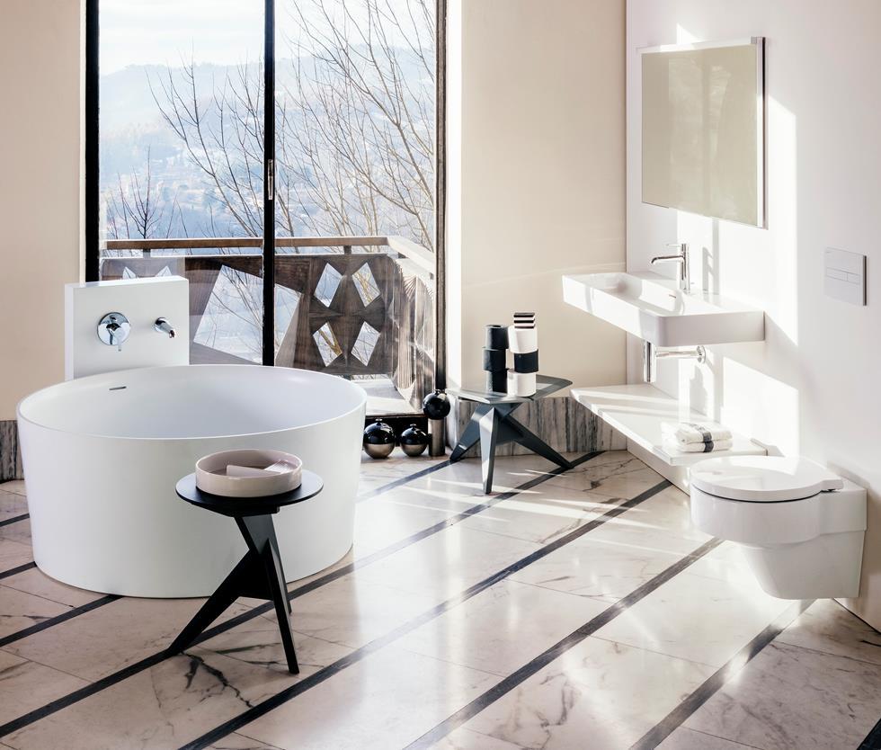 Laufen Val badkamercollectie. Rond bad met flinterdunne wanden van SaphirKeramik, wastafels en kranen #badkamer #badkamerinspiratie #laufen