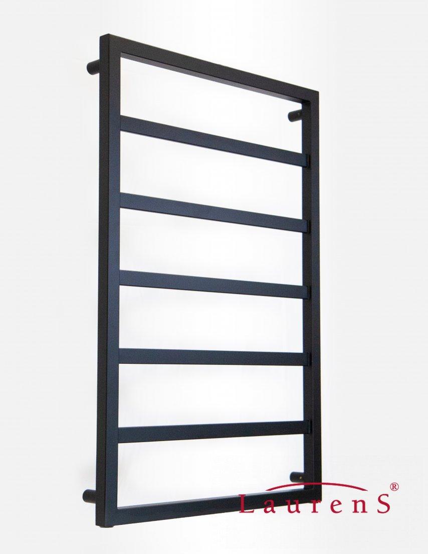 Zwarte radiator met industriele uitstraling voor de badkamer. Boo-Lite van Laurens Radiatoren #radiator #desigradiator #badkamer #industrieel #laurens