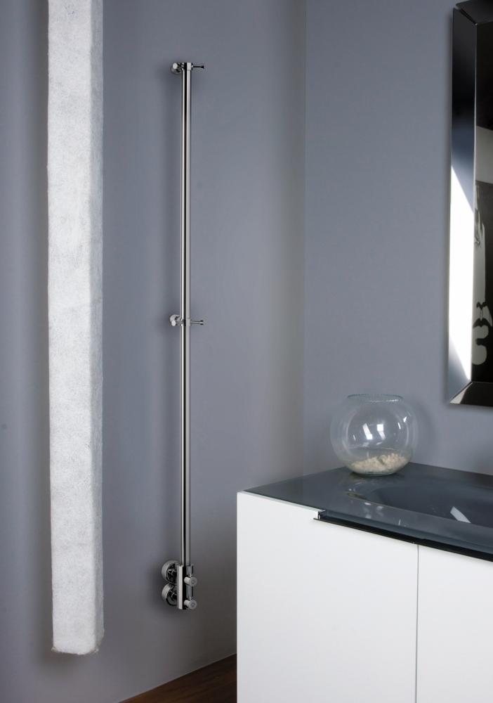 De Flash radiator is een ultra moderne toepassing van een uitgekiende verwarming in de badkamer. Hoe smal en subtiel ook, er is ruimte voor uw badjas en handdoek in de vorm van functionele ophanghaken. De Flash van Laurens Designradiatoren is zowel in elektrische uitvoering als in CV verkrijgbaar.