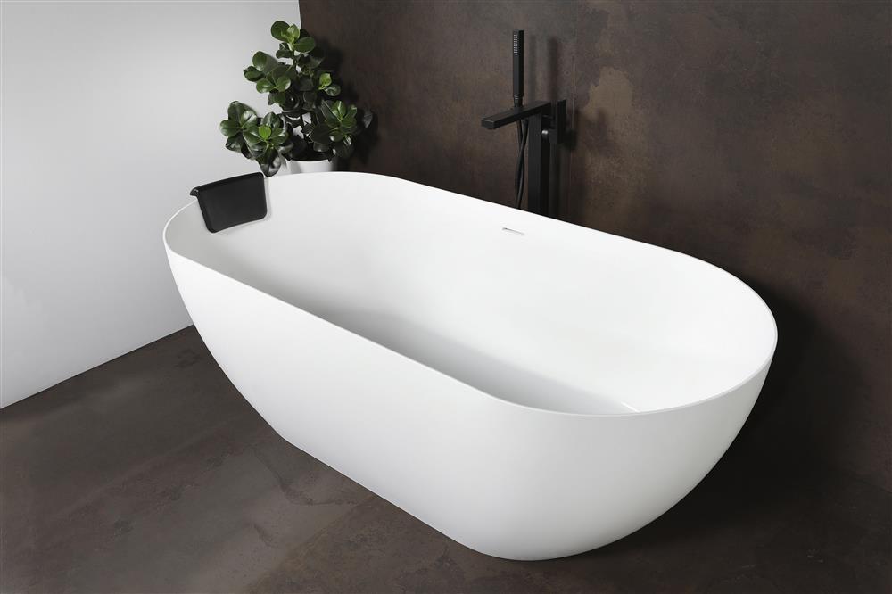 Vrijstaand bad mat wit. Minimalistisch solid surface bad LUVA via Luca Sanitair #bad #badkamer #badkamerinspiratie #lucasanitair