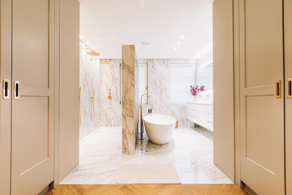 Luxe badkamer goud en marmer. Bad inloopdouche en kranen Luca Sanitair. Foto Bram Kahmann. Project Stonecompany #badkamer #droombadkamer #binnenkijken #inloopdouche #lucasanitair #badkamerdesign #stonecompany