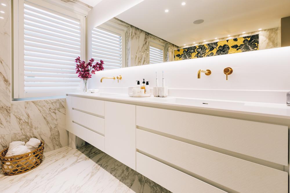 Luxe badkamer goud en marmer. Badkamermeubel. Kranen Luca Sanitair. Foto Bram Kahmann. Project Stonecompany #badkamer #droombadkamer #binnenkijken #kranen #lucasanitair #badkamerdesign #stonecompany