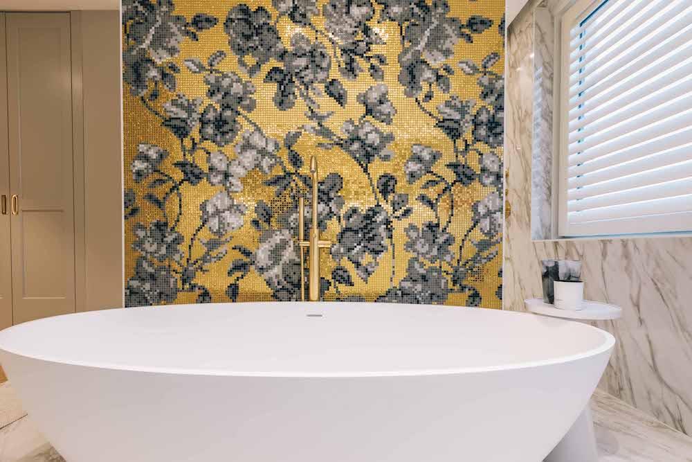 Luxe badkamer goud en marmer. Bad en kranen Luca Sanitair. Foto Bram Kahmann. Project Stonecompany #badkamer #droombadkamer #bad #binnenkijken #lucasanitair #badkamerdesign #stonecompany