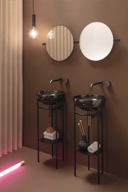 Badkamer met Opi badkamermeubel met opzetwastafel in natuursteen kleur en spiegel #badkamer #badkamermeubel #wastafel #spiegel #lucasanitair #madeinitaly #design