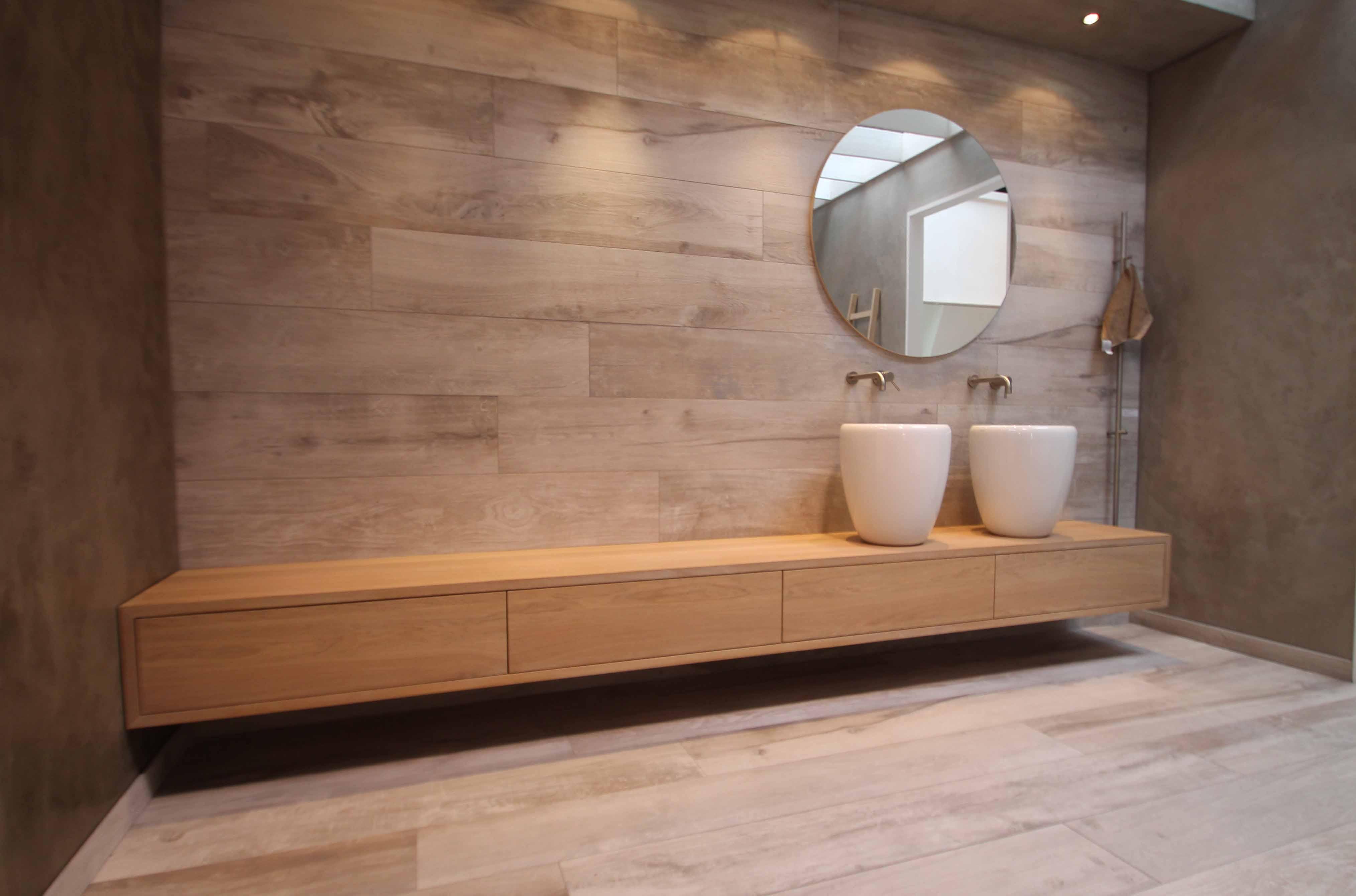 Badkamer Hout Natuursteen : Natuursteen en hout komen prachtig tot hun recht in je badkamer