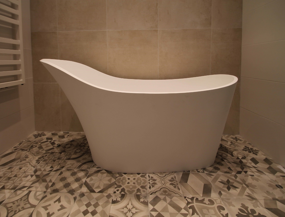 LUVA1775 riant vrijstaand bad met verhoogde rugleuning van Luca Sanitair