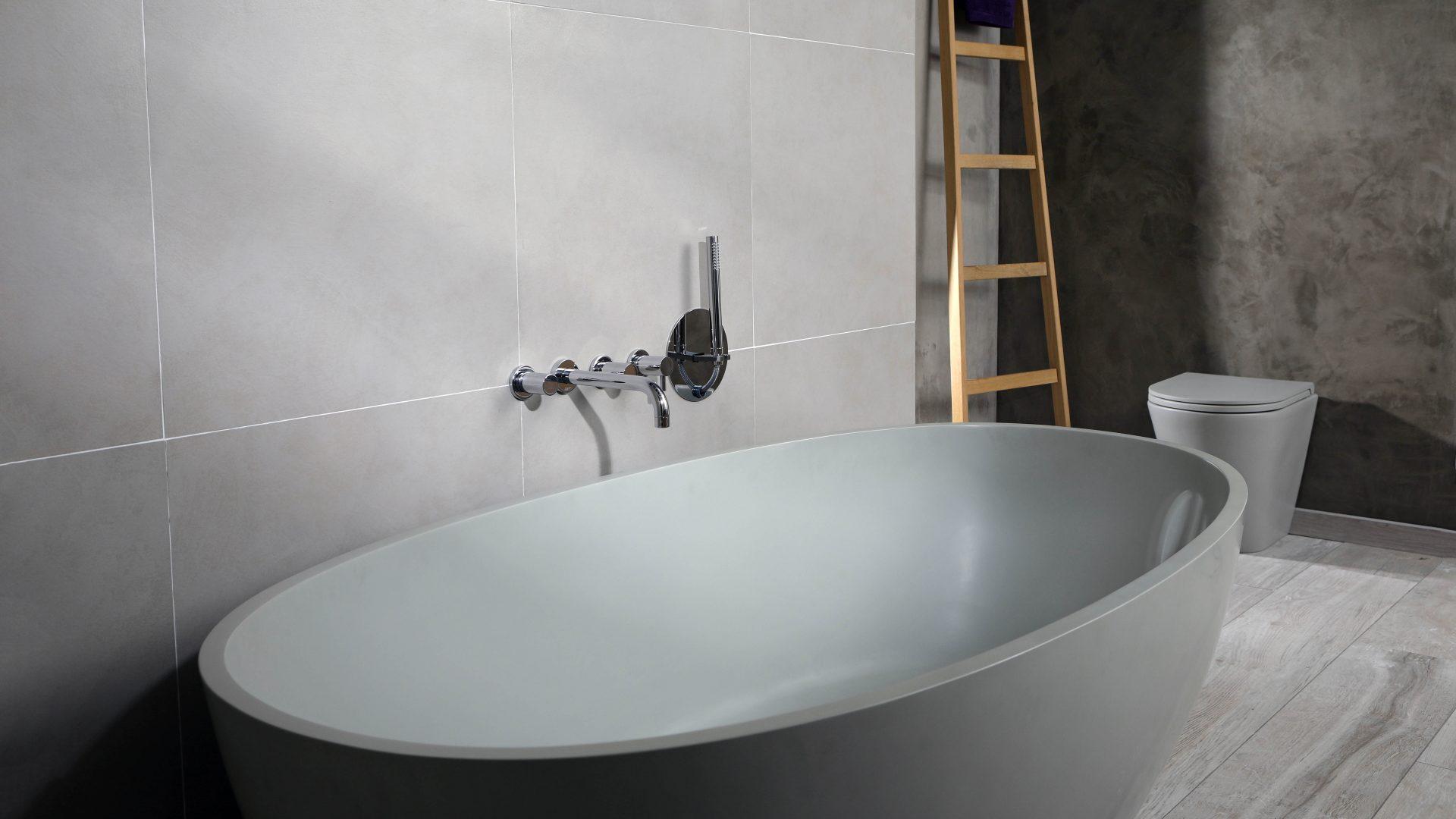 Bad met Luca Roll-In Shower - strak vormgegeven oprolsysteem waarbij de doucheslang elegant oprolt in de muur. #badkamer #badkamerinspiratie #douche #doucheslang #Rollinshower #lucasanitair