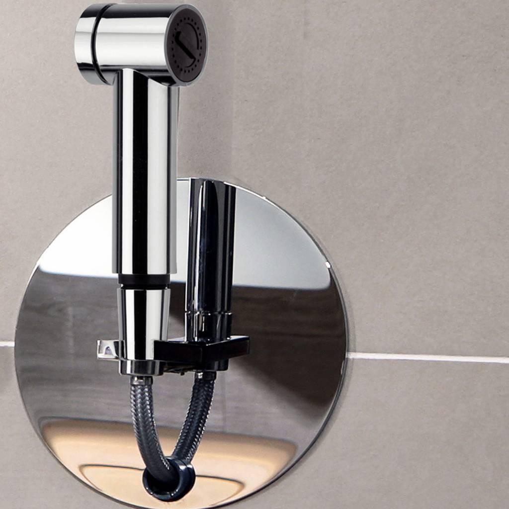 De Luca Roll-in shower is dé minimalistische inbouwdouche. Via een soepel draaisysteem verdwijnt de doucheslang in de wand, geen ontsierende slang meer in de designbadkamer. Vanuit één soepele trekbeweging aan de handdouche, rolt de slang zich uit en blijft hangen op iedere gewenste afstand vanaf de muur (max 1.25m). Door middel van het drukken op de ophanghouder glijdt de slang soepel terug in de muur waarna de handdouche teruggeplaatst kan worden. #luca #rollinshower #douche #doucheslang #designbadkamer #badkamer