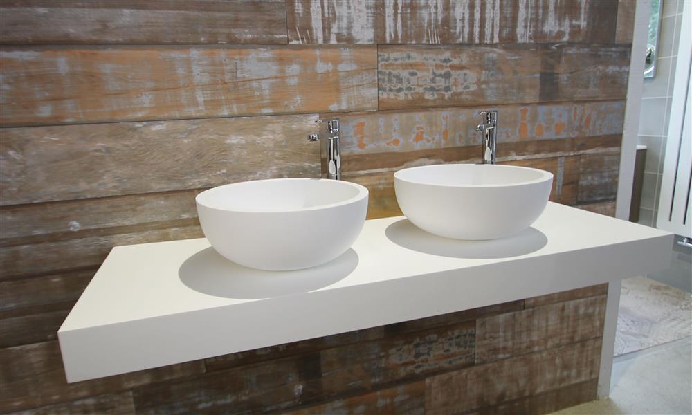 Wastafelblad met opzetkommen. Solid Surface in de combinatie met hout. Italiaans design voor de badkamer van Luca sanitair #badkamer #lucadesign #madeinitaly