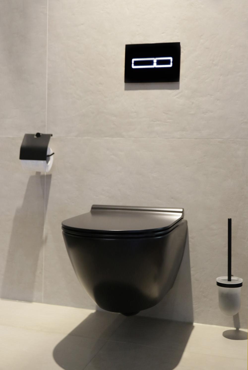 Strakke toiletruimte met een Italiaans design wandcloset via Mijn Bad. Stijlbadkamer #toilet #inspiratie #stijlbadkamer #mijnbad #wandcloset