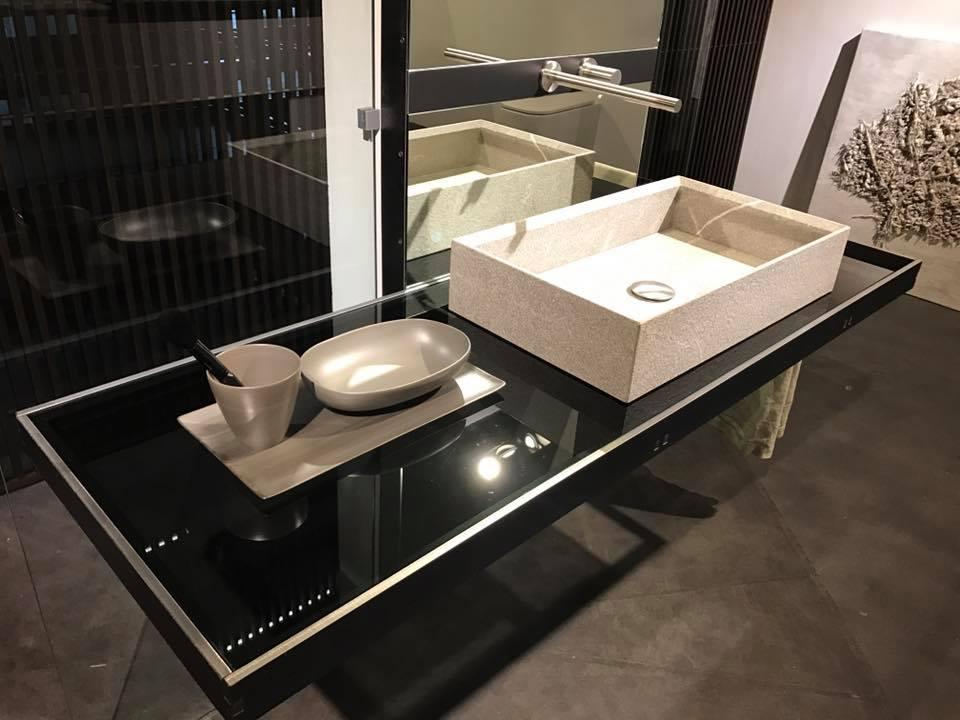 Design badkamer met hangend frame voor de wastafel van het Italiaanse merk Modulnova