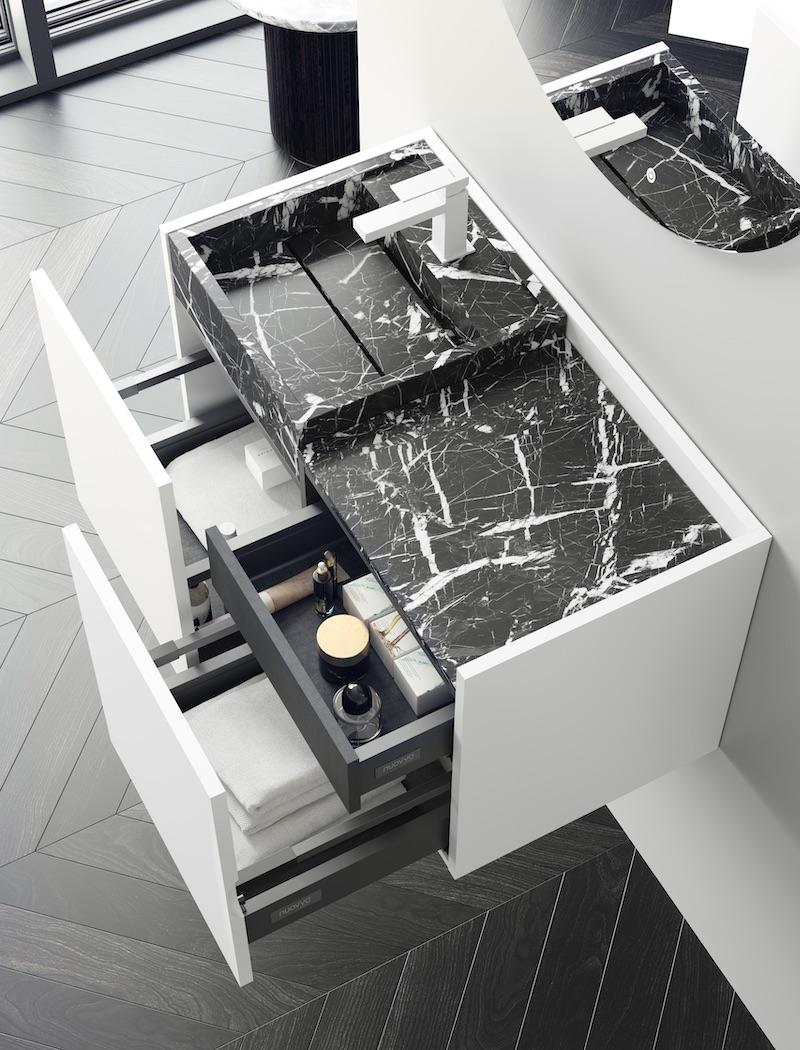 Badkamer zwart wit. Wit badmeubel van Nuovvo met zwart marmer wastafel #nuovvo #badmeubel #badkamer #badkamerinspiratie #zwartwit