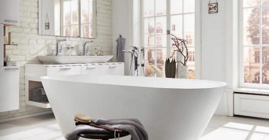 Badkamer met bad, wastafel en badmeubel Vigour van Plieger