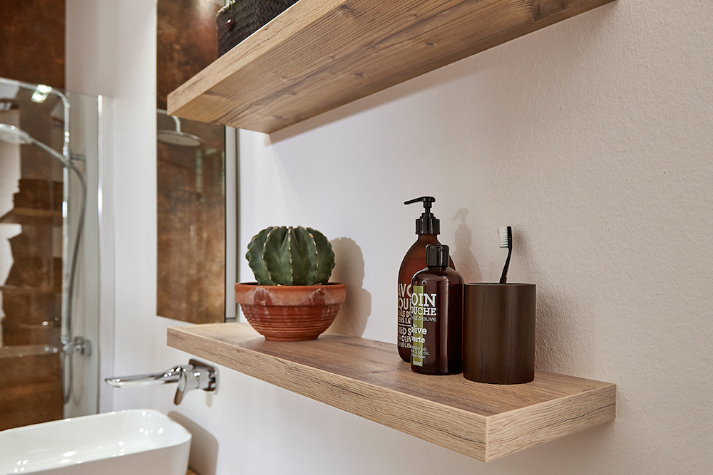 Badkamer met houten planken aan de wand van Primabad. Planchet met blinde bevestiging #badkamer #badkamerinspiratie #hout #primabad