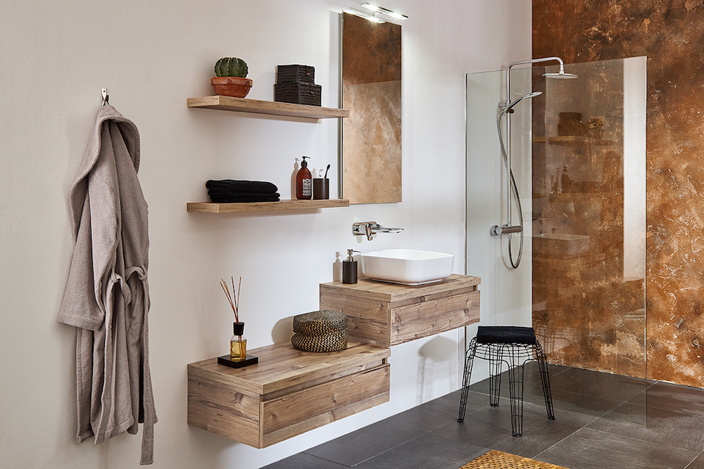 Hout in de badkamer. Badkamermeubel Coast met planken aan de wand. Beschikbaar in verschillende kleuren en met veel mogelijheden bij Primabad #badkamer #badkamerinspiratie #badmeubel #primabad