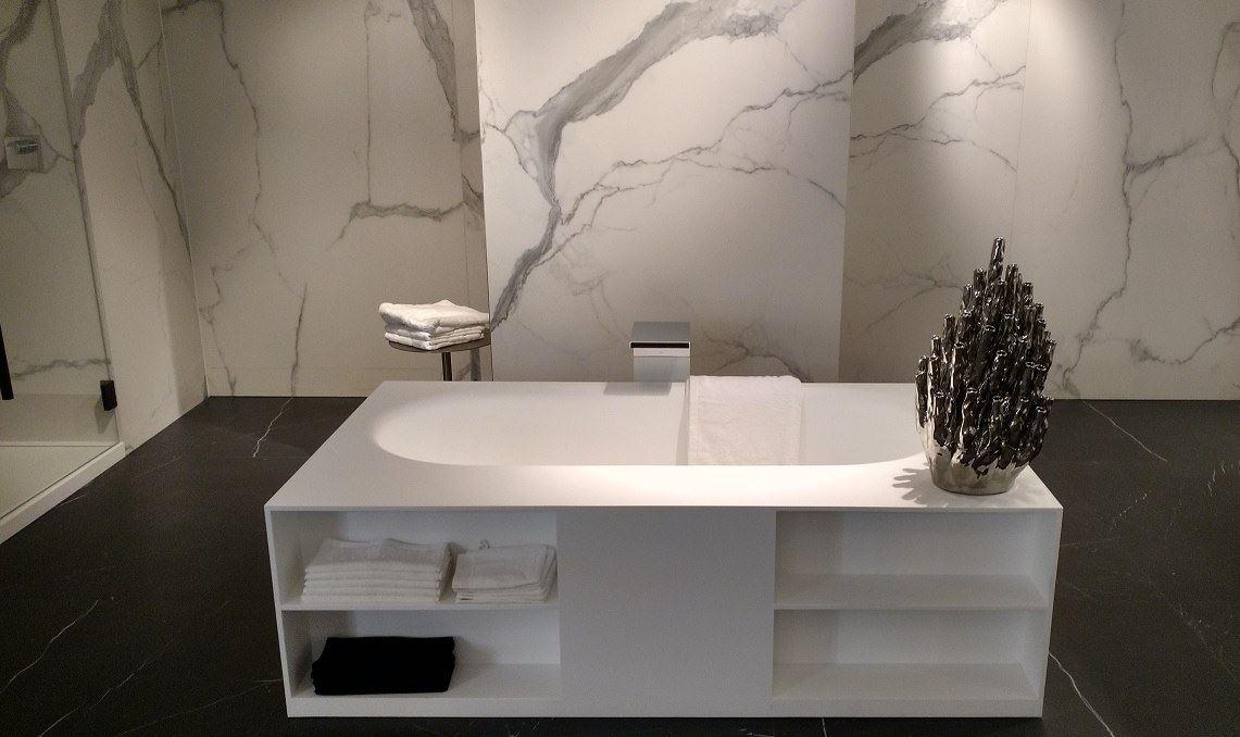 Solid Surface bad met opbergruimte - Burgos bad van RIHO. Mooi in combinatie met muren van marmer - via Piet Klerkx in Waalwijk #badkamer
