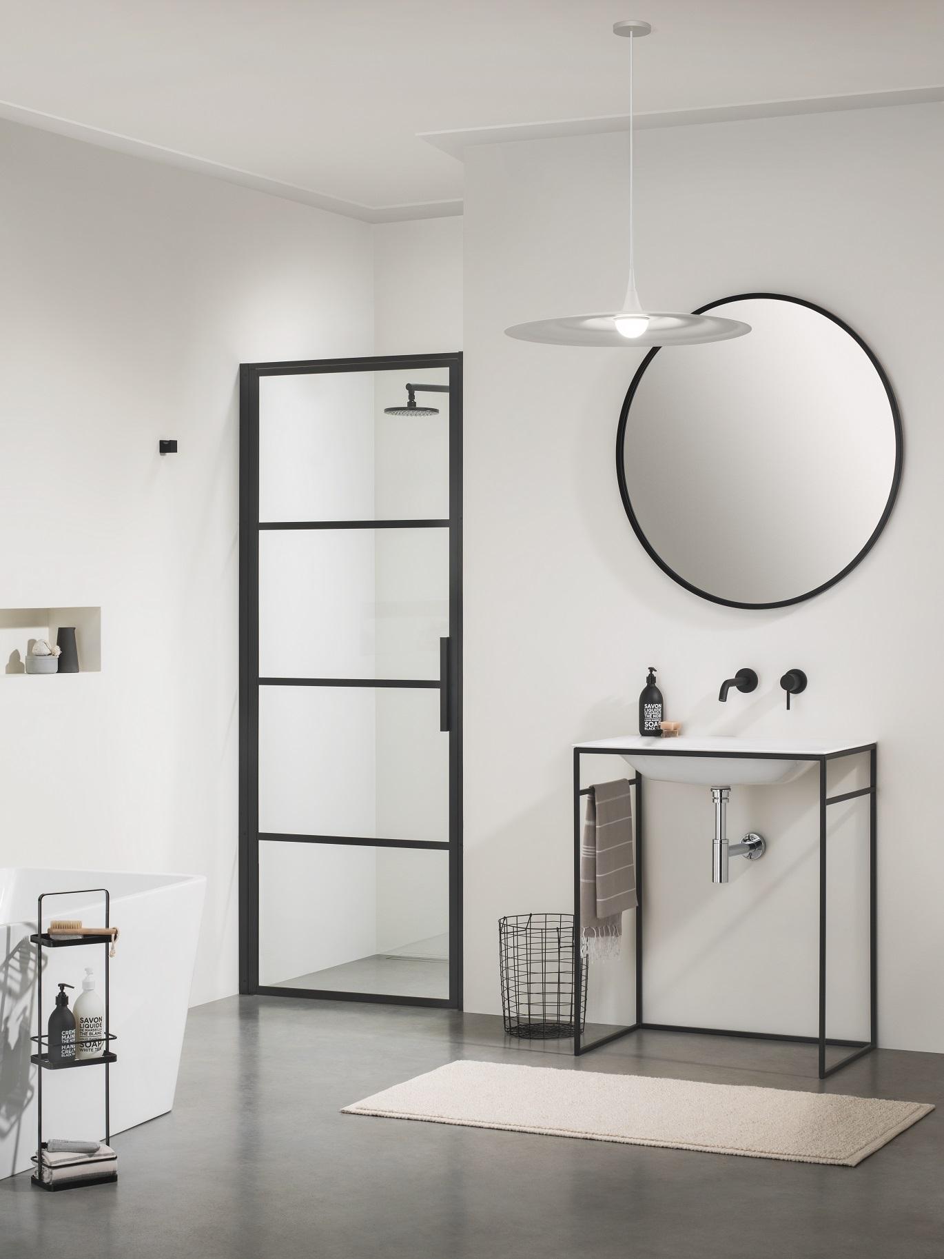 Badkamertrend! Badkamer in zwart wit via Sanidrome. Sealskin nisdeur – douchedeur  #sanidrome #badkamer #badkamertrend #badkameridee #badkamerinspiratie #zwartwit #sealskin #douchen