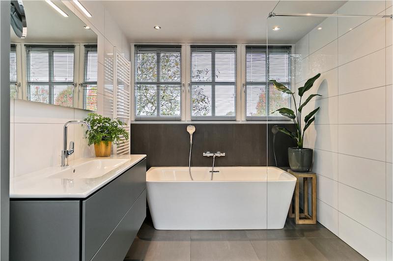 Sanidrome badkamer met half vrijstaand bad en inloopdouche #sanidrome
