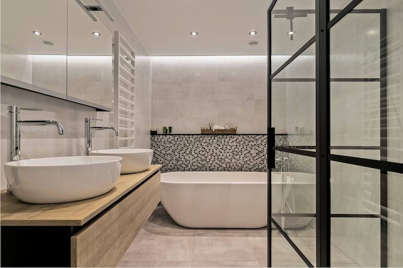 Sanidrome badkamer met vrijstaand bad en industriele inloopdouche #badkamer #badkamerinspiratie #industrieel #sanidrome