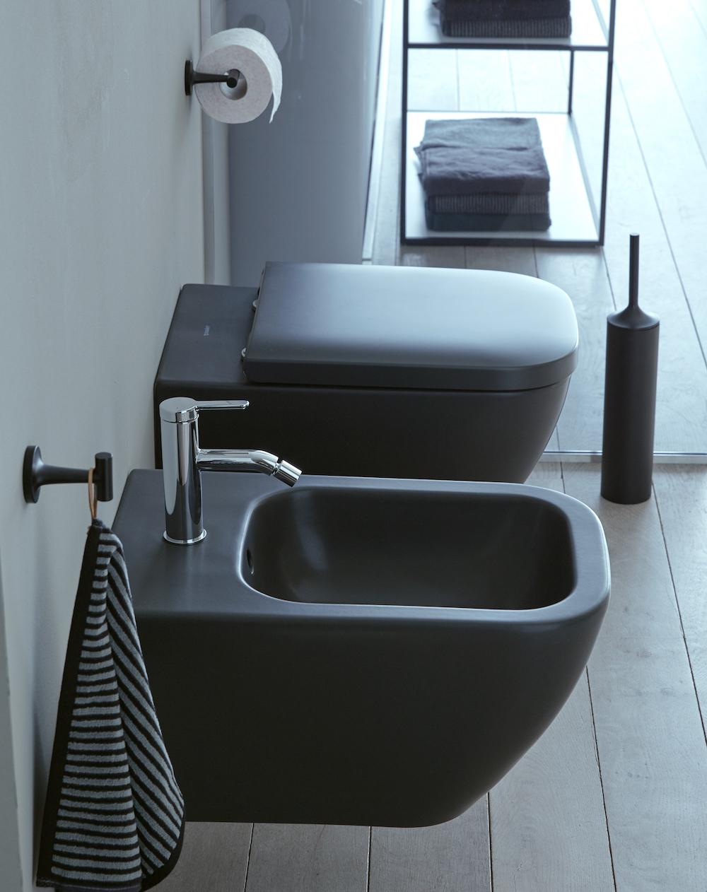 Badkamertrend! Badkamer in zwart wit via Sanidrome. Stijlvol zwart toilet en bidet Happy D2 van Duravit #sanidrome #badkamer #badkamertrend #badkameridee #badkamerinspiratie #zwartwit #toilet #happyd2 #duravit