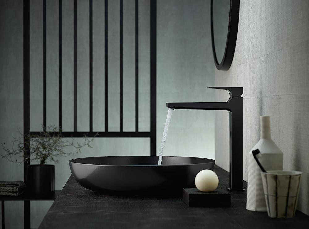 Badkamertrend! Badkamer in zwart wit via Sanidrome. Zwarte wastafel en kraan #sanidrome #badkamer #badkamertrend #badkameridee #badkamerinspiratie #zwartwit #wastafel #kraan