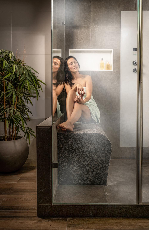 Pure ontspanning, gewoon bij je thuis. Inloopdouche met stoomdouche. Bij Sanidrôme vind je verschillende badkamer opstellingen in verschillende stijlen. Een complete badkamer van A tot Z #sanidrome #badkamer #completebadkamer #douche #inloopdouche #stoomdouche #badkamerinspiratie #badkameridee #badkamerkopen
