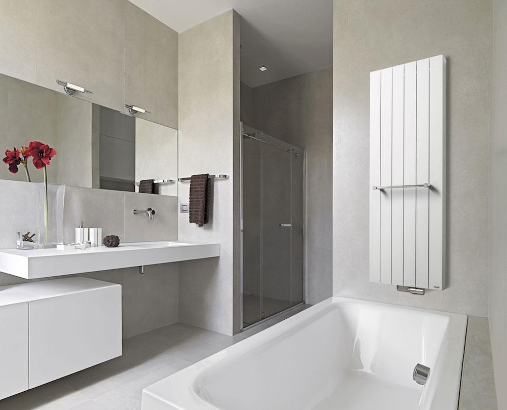 Badkamer met aluminium designradiator van Vasco via Sanidri=ome