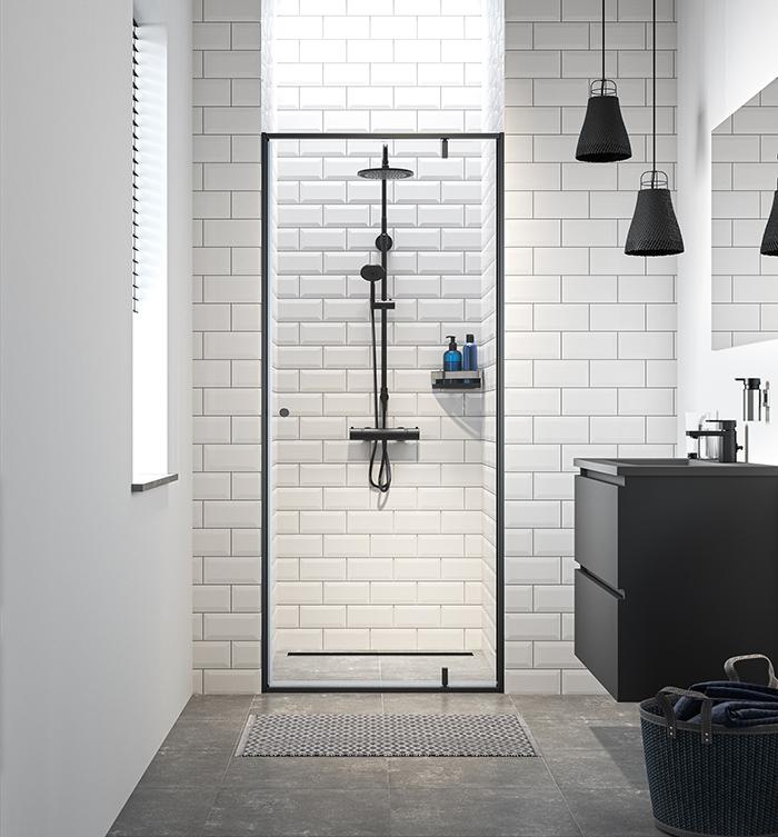 Douchewand met zwart profiel. Draaideur Contour van Sealskin #douche #minimalistisch #badkamer #badkamerontwerp #industrieel #sealskin