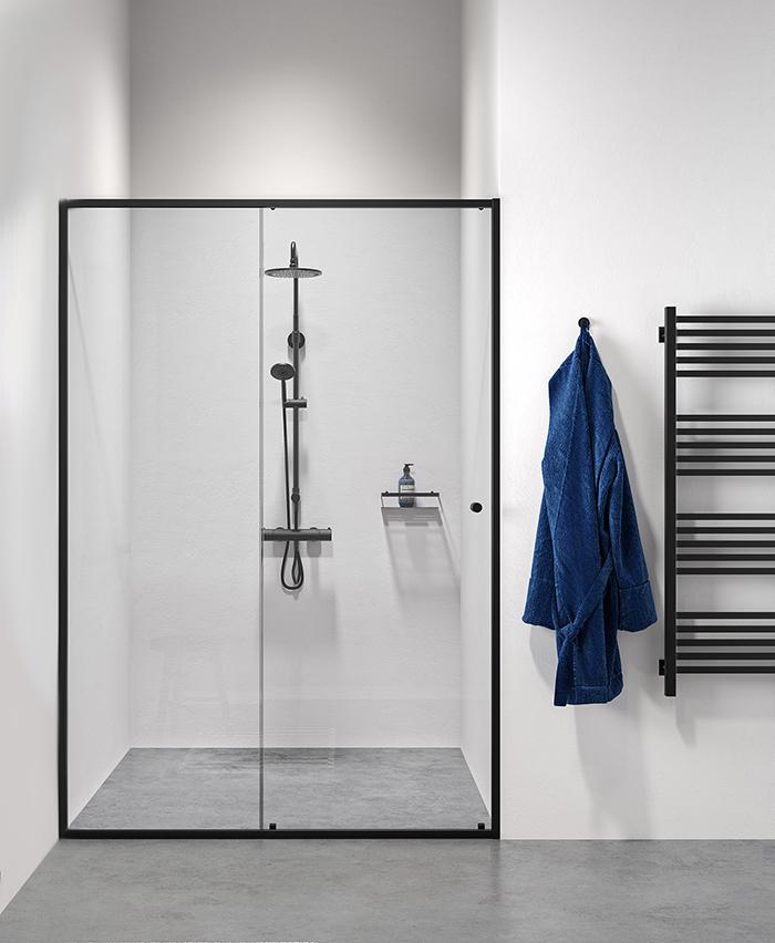 Douchewand met zwart profiel. Schuifdeur Contour van Sealskin #douchewand #douche #minimalistisch #badkamer #badkamerontwerp #industrieel #sealskin