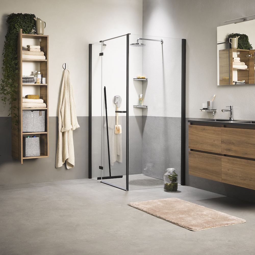 Industriele badkamer met accessoires van Sealskin. Douche met raam- en vloerwisser in matzwart #badkamer #badkamerinspiratie