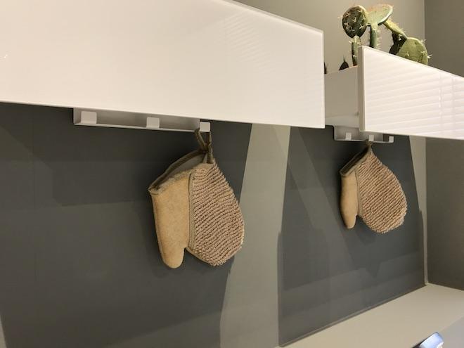Opbergen in de badkamer met slimme haken en opbergbakken van Sphinx #opbergen #badkamer #sphinx